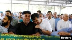 Des proches de Kumri Ilter, une des victimes du massacre de samedi à un mariage à Gaziantep, Turquie, le 22 août 2016.