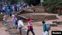 Phân phát đồ cứu trợ của Chữ Thập Đỏ tại Quảng Trị, ngày 21/10/2020.