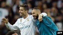 Cristiano Ronaldo et Karim Benzema à l'issue de la demi-finale retour de Ligue des champions contre le Bayern Munich au Stade Santiago Bernabeu de Madrid le 1er mai 2018.