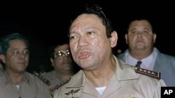 ທ່ານ Manuel Noriega ອະດີດຜູ້ນໍາຜະເດັດການ ໄດ້ກ່າວຕໍ່ນັກຂ່າວ ໃນເດືອນ ພຶດສະພາ ປີ 1989 file photo.