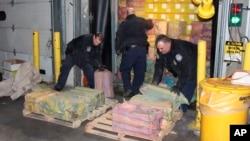 Autoritetet amerikane duke shkarkuar një kamion të konfiskuar me kokainë në portin e Nju Jorkut