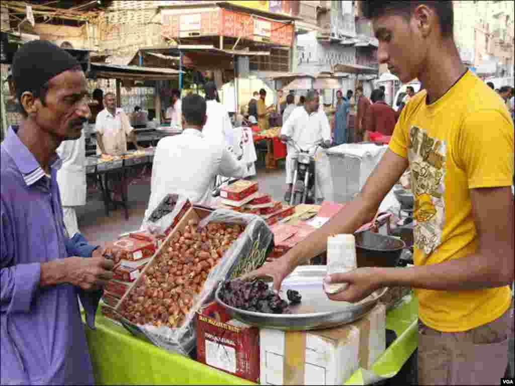 کراچی: ایک روزہ دار افطار کیلئے کھجور خریدنے میں مصروف ہے