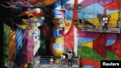 L'artiste graffiti brésilien Eduardo Kobra met la touche finale à son œuvre de 56 mètres de haut en hommage à l'architecte Oscar Niemeyer, l'un des architectes modernistes les plus influents du 20ème siècle, au centre financier de l'avenue Paulista de São Paulo, le 22 janvier 2013.
