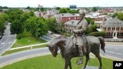 Quldarlığın saxlanılması üçün Şimalla savaşmış Konfederasiya (Cənub) generalı Robert E. Lee-nin abidəsi. Riçmond, Virciniya. ABŞ-ın bir çox cənub şəhər və qəsəbələrində Konfederasiya abidələrlə şərəfləndirlib.