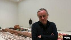Габриэль Ороско на фоне своей инсталляции Photo by Oleg Sulkin
