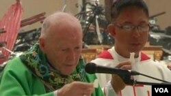 美國華盛頓特區的83歲的樞機主教西奧多.麥卡里克正在菲律賓的教堂帶領大家做彌撒。(視頻截圖)