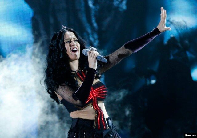 "Katy Perry performs ""Dark Horse"" at the 56th annual Grammy Awards in Los Angeles, California, January 26, 2014."