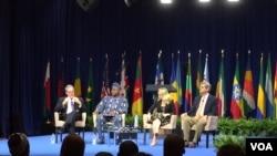 美国贸易代表弗罗曼(左一)主持YALI峰会的一场研讨(美国之音林枫拍摄)