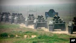 지난 2005년 8월 중국 산둥성에서 중국 군과 러시아 군이 합동 군사훈련을 하고 있다. (자료사진)