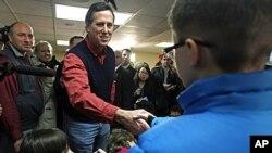 图为共和党总统候选人竞选者桑托罗姆1月4日在新罕布什尔州问候儿童资料照
