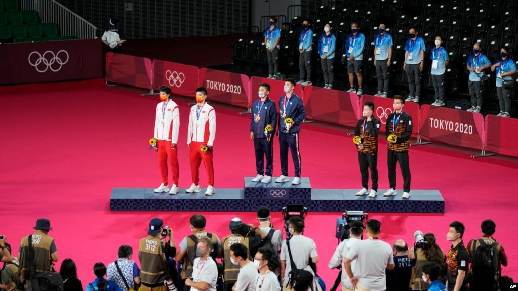 Anh Wang Chi-Lin và đồng đội trên bục nhận huy chương vàng ở Thế vận hội Tokyo.