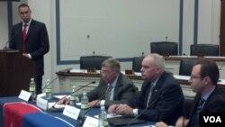 波托马克研究院网络中心主任大卫.史密斯在国会研讨会上(右2)