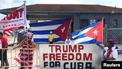 川普总统的支持者站在佛罗里达州迈阿密的曼努埃尔·阿尔泰姆剧院附近。(2017年6月16日)