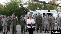 Prezidan Cili a, Michelle Bachelet pandan li tap pale ak twoup militè chilyen yo nan moman li te fè yon vizit ann Ayiti nan dat 27 mas 2017 la. Foto: Koutwazi/Ximena Navarro.