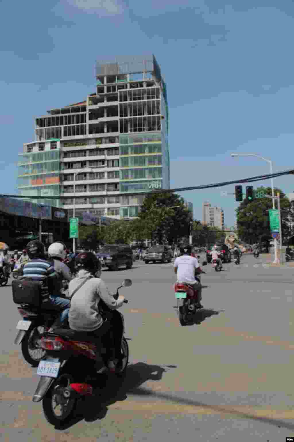 A tall building being built on Mao Tse Toung Boulevard in Phnom Penh, September 27, 2014. (Nov Povleakhena/VOA Khmer)