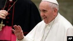 Le pape François béni la fidélité lors de son audience au Vatican, le 18 janvier 2017.