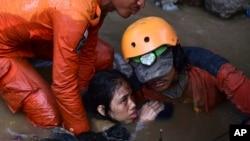 Tim SAR berhasil menyelamatkan seorang penyintas yang berada di bawah reruntuhan bangunan pasca gempa di Palu, Sulawesi Tengah, Minggu (30/9).