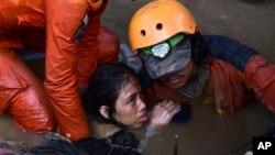 Một nạn nhân được cứu sống trong khu nhà đổ sập hôm 30/9.