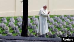 天主教教宗方济各在奥匈公墓。那里埋葬着第一次世界大战中阵亡的10万名军人。(2014年9月13日)