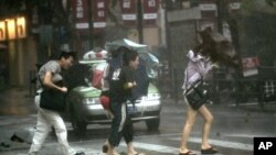 Prizor sa ulica Šangaja koji je zahvatio tajfun Haikui, 8. avgust 2012.