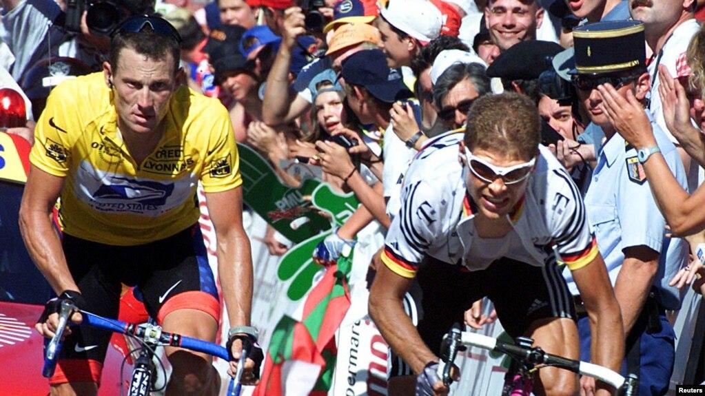 Lance Armstrong, es visto en el Tour de Francia en 2001.