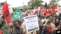 ພວກນັກເຄື່ອນໄຫວ ທໍາການປະທ້ວງສະໜັບສະໜູນ ພວກລັກລອບເຂົ້າມາຂໍລີ້ໄພໃນອອສເຕຣເລຍ ຢູ່ທາງນອກສູນກັກກັນ Villawood ໃນນະຄອນຊິດນີ. (April 2011 file photo)