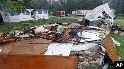 Débris de maisons ambulantes endommagées en Caroline du nord