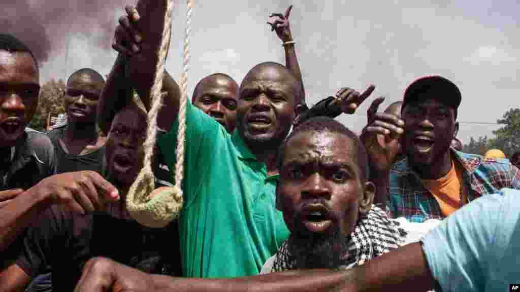 Cincirindon mutane bakin titi jimkadan da bayyana juyin mulki a Wagadugu fadar gwamnatin kasar Bukina Faso