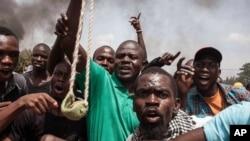 Para demonstran di Burkina Faso turun ke jalan di ibukota Ouagadougou, Kamis (17/9) pasca militer mengambil alih kekuasaan pemerintahan.