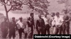 """Membros da Odebrecht e das Fapla visitam o local onde Capanda será construída. No centro, Jorge Silva """"Sapo"""" . Foto: Odebrecht"""