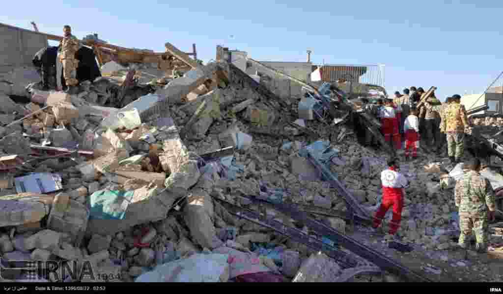 Un puissant tremblement de terre a secoué la frontière Iran-Irak dimanche dernier, tuant plus d'une centaine de personnes et en blessant 800 dans la seule région montagneuse de l'Iran, ont déclaré les médias d'Etat, le 13 novembre 2017.