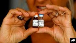 Un medicamento utilizado en el tratamiento del cáncer de pulmón avanzado, CimaVax EGF, se exhibe para los medios durante una conferencia de prensa en La Habana, el martes 24 de junio de 2008.