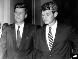 John F. Kennedy (solda) başkanlık kampanyası sırasında kardeşi Robert'la (1960)