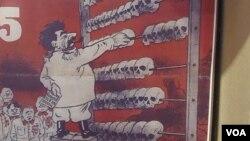 """2012年俄罗斯东正教会在莫斯科举办苏共迫害宗教展览。展览上展出的""""比奇""""杂志封面讽刺斯大林。这家杂志二战期间曾在德国占领的白俄罗斯首都明斯克出版。(美国之音白桦拍摄)"""