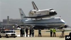 21일 캘리포니아 주 로스앤젤레스 공항에 착륙한 우주왕복선 엔데버호.