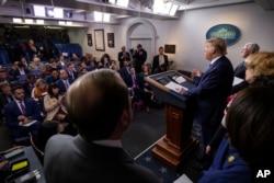Oq uy: Prezident Tramp jurnalistlar oldida