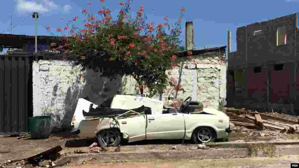 No solo casas sino también autos fueron dañados durante el terremoto.