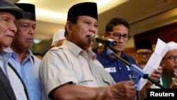 Kandidat presiden Indonesia, Prabowo Subianto menyampaikan pidato kemenangan pemilu, didampingi kandidat wapres Sandiaga Uno di Jakarta, 18 April 2019.