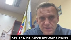ក្នុងរូបដែលថតចេញពីវីដេអូដែលបានបង្ហោះតាមបណ្តាញសង្គមនេះ បង្ហាញលោក Alexei Navalny មេដឹកនាំបក្សប្រឆាំងរុស្ស៊ី និយាយនៅពេលដែលលោកស្ថិតក្នុងស្ថានីយប៉ូលិសក្នុងទីក្រុង Khimki នៃប្រទេសរុស្ស៊ី កាលពីថ្ងៃចន្ទ ទី១៨ ខែមករា ឆ្នាំ២០២១។