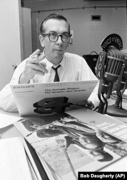 """Willis Conover memeriksa rekaman untuk pertunjukan """"Music USA"""" di studio Voice of America di Washington, DC, 8 September 1967. Tidak diketahui oleh sebagian besar penggemar jazz Amerika, Conover adalah idola 1.300 klub penggemar, banyak di Uni Soviet dan"""