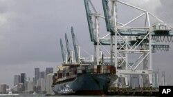 在美國邁阿密港裝載進出口貨物的貨輪 (資料照片)