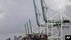 Utovar američke robe za izvoz u luci u Majamiju
