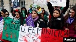 Meksikalı kadınlar, 8 Mart 2020 Dünya Kadınlar Günü'nde Fransa'nın başkenti Paris'te, memleketlerindeki kadın cinayetlerine dikkat çekmek ve eşitlik talep etmek için protesto gösterisinde bulunmuştu.