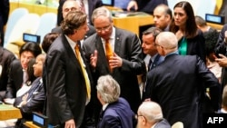 29일 뉴욕 유엔 본부에서 열린 안보리 회의에서 캐릴 우스트람 유엔 주재 네덜란드 대사가 파올로 젠틸로니 이탈리아 외무장관과 대화하고 있다.