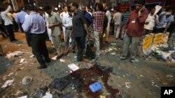 Warga berkerumun di sekitar lokasi ledakan bom di Hyderabad, India, Kamis (21/2). Dilaporkan sekitar 16 tewas dan 100 orang lainnya terluka dalam insiden itu.