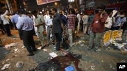 Warga di Hyderabad, India memeriksa lokasi pemboman hari Kamis yang menewaskan 11 orang (21/2).