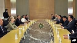Menlu Clinton (dua dari kiri) berhadapan dengan PM Jepang Yoshihiko Noda (dia dari kanan) dalam konferensi untuk pembangunan kembali Afghanistan, di Tokyo (8/7)