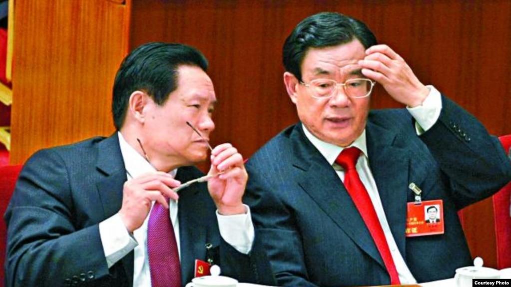 前政治局常委周永康和贺国强(右)。