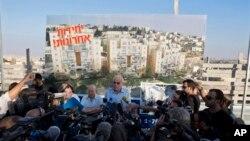 Menteri Perumahan Uri Ariel (tengah) berbicara pada jurnalis dalam upacara yang menandai pembangunan di Yerusalem timur. (Foto: Dok)