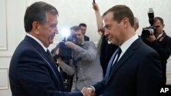 O'zbekiston prezidenti vazifasini bajaruvchi Shavkat Mirziyoyev (chapda) Rossiya Bosh vaziri Dmitriy Medvedov bilan, Toshkent, 3-sentabr, 2016-yil.